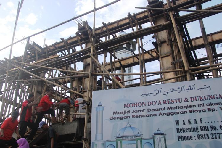 Bupati Bantu Pembangunan Balai Desa Dan Masjid Adiarsa